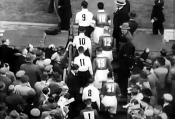 Foto: Reprodução Entrada em campo de Everton e Manchester City, na final da FA Cup de 1933.