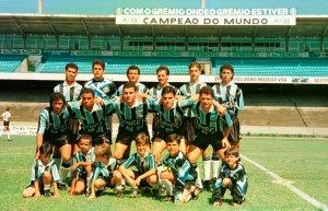 Foto: Globoesporte.com O time titular do Grêmio que entrou em campo para enfrentar o Santa Cruz.